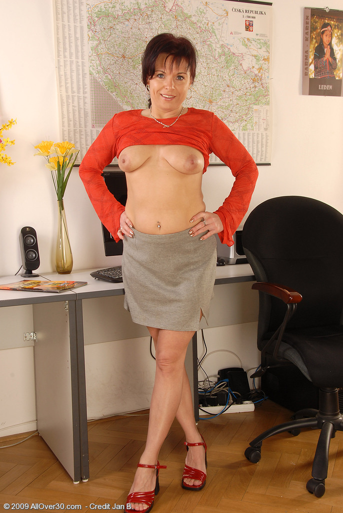 Middle aged shaved pussy