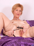 shameless-mature-woman-in-sexy-nylon-stockings-spreads-her-experienced-pussy
