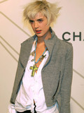 elegant-celebrity-blonde-agynes-deyn-is-very-very-proud-of-her-hair-style