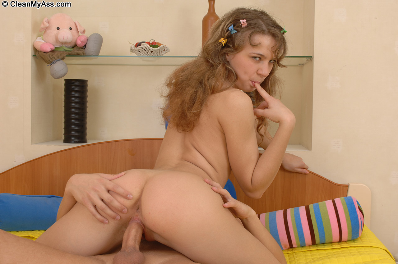 beautiful brunette posing naked on nudist beach russian sexy girls