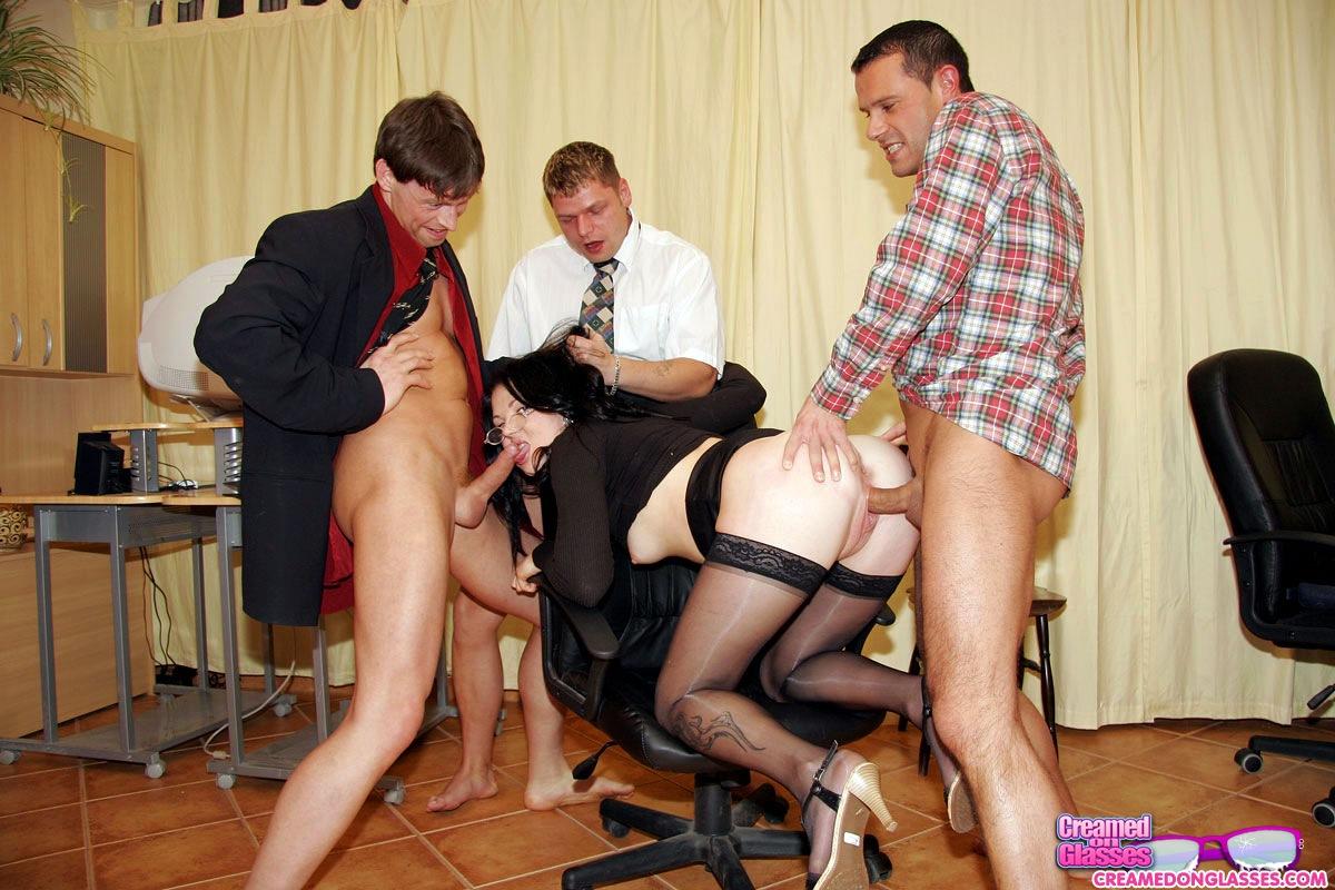 начал осмотр порно секретарша групповой надо бвло