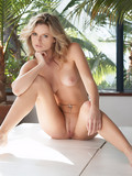 naked-breathtaker-with-neatly-shaved-pussy-can-t-keep-her-perfect-long-legs-together