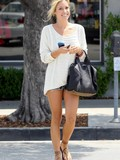 candid-photos-of-blonde-haired-celebrity-kristin-cavallari-showing-her-lovely-smile-and-sexy-legs