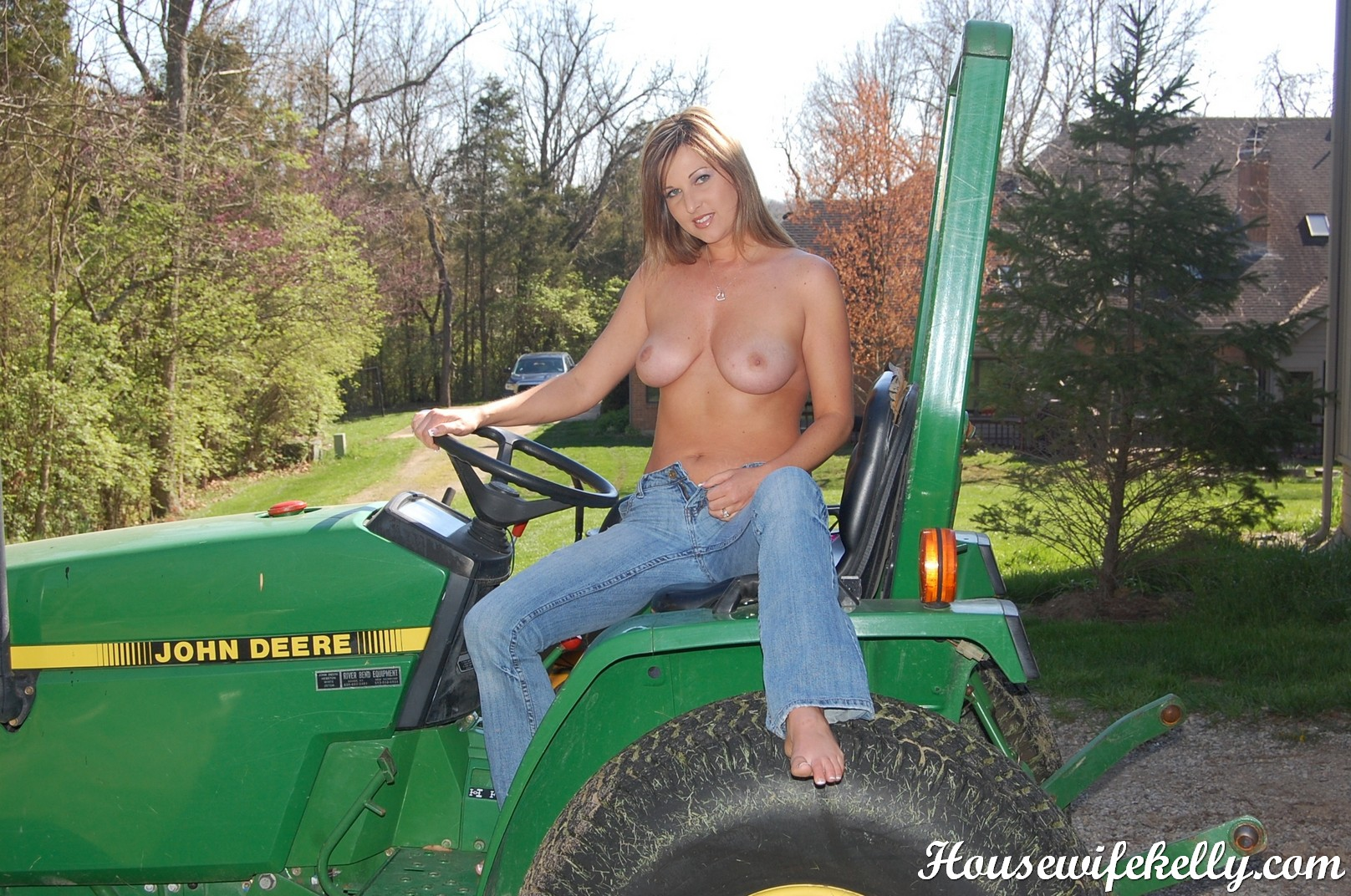 country chick with shaved pussy goes topless then pulls off her