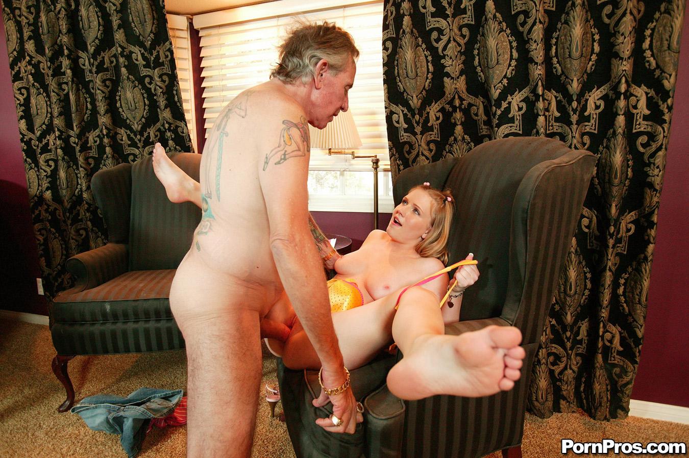 Смотреть порно трахает дочь внучку 4 фотография