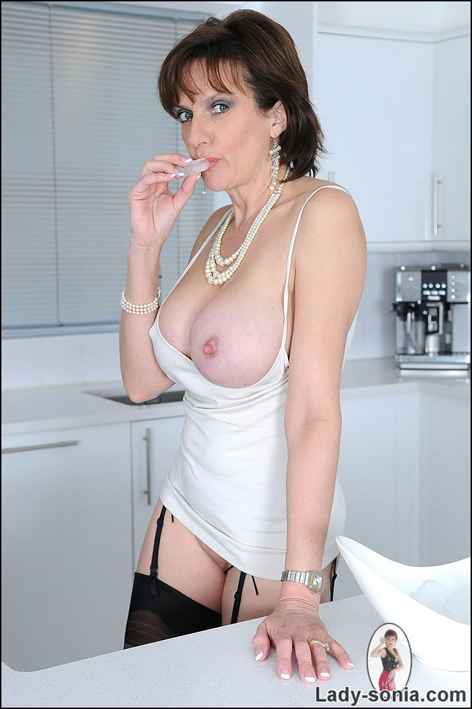 open-pussy-middle-age-women-tits-trannt-sex