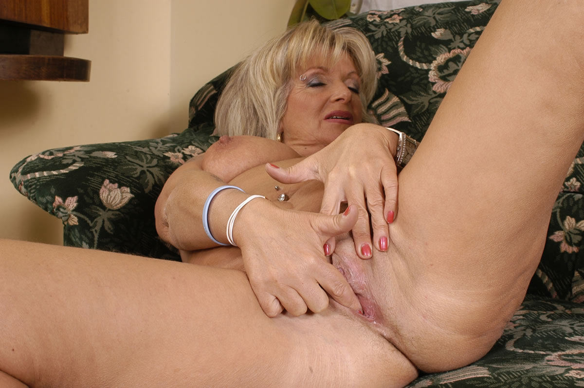 Hot blondie gives great head outoors