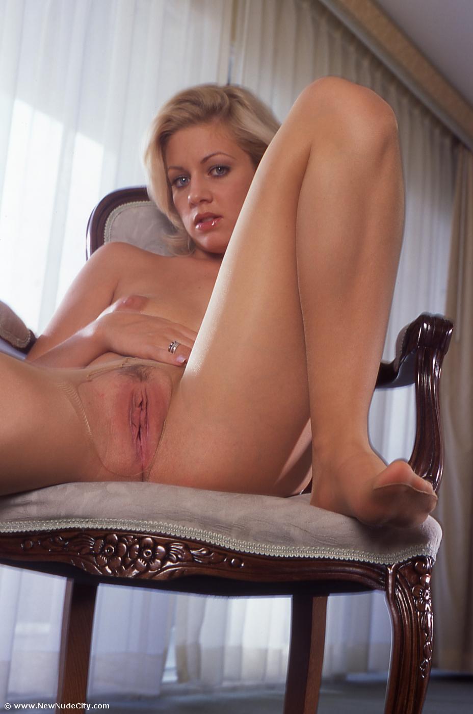 Мастурбация девушки с длинными ногами блондинки